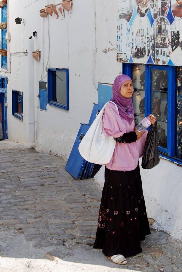 Donna locale, Sidi Bou Said Village, vicino a Cartagine, la Tunisia immagine stock