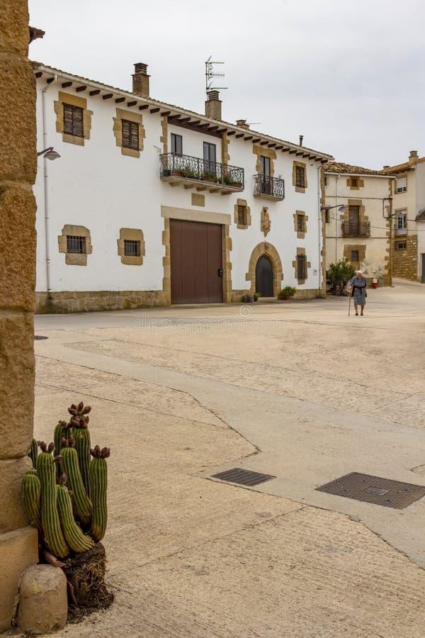 Donna locale spagnola anziana in sindaco della plaza, sindaco Square nel villaggio di Lorca, Navarra Spagna fotografia stock