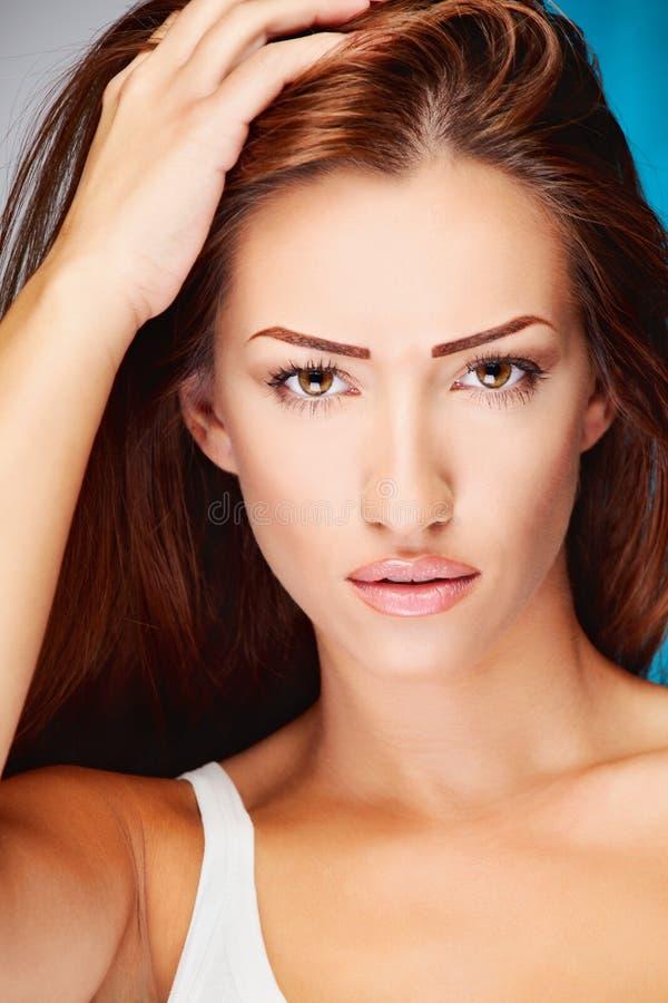Donna lunga del brunette dei capelli fotografia stock