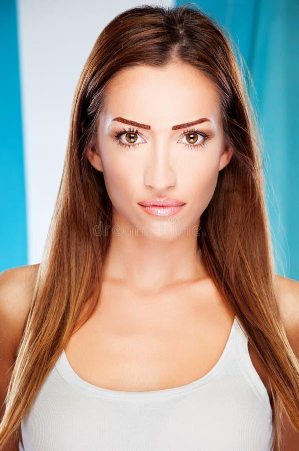 Donna lunga del brunette dei capelli fotografia stock libera da diritti