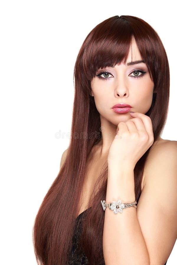 Donna lunga sexy dei capelli con la mano al fronte di trucco fotografia stock