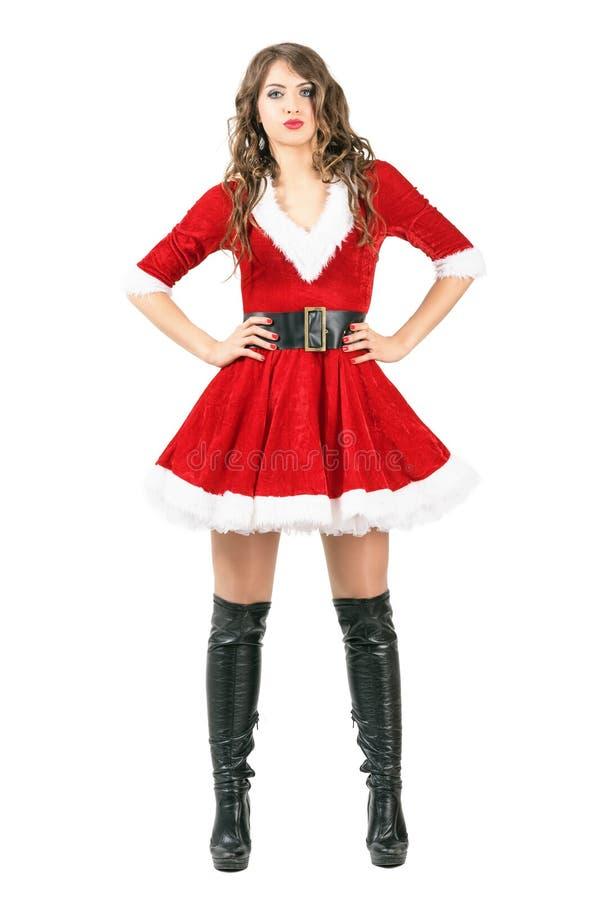 Donna lunga splendida di Natale dei capelli che posa con le armi sulla vita fotografia stock