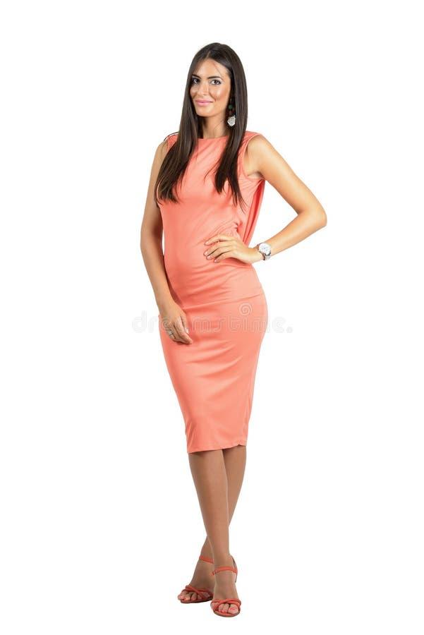Donna lussuosa elegante in vestito da sera che sorride alla macchina fotografica fotografia stock libera da diritti