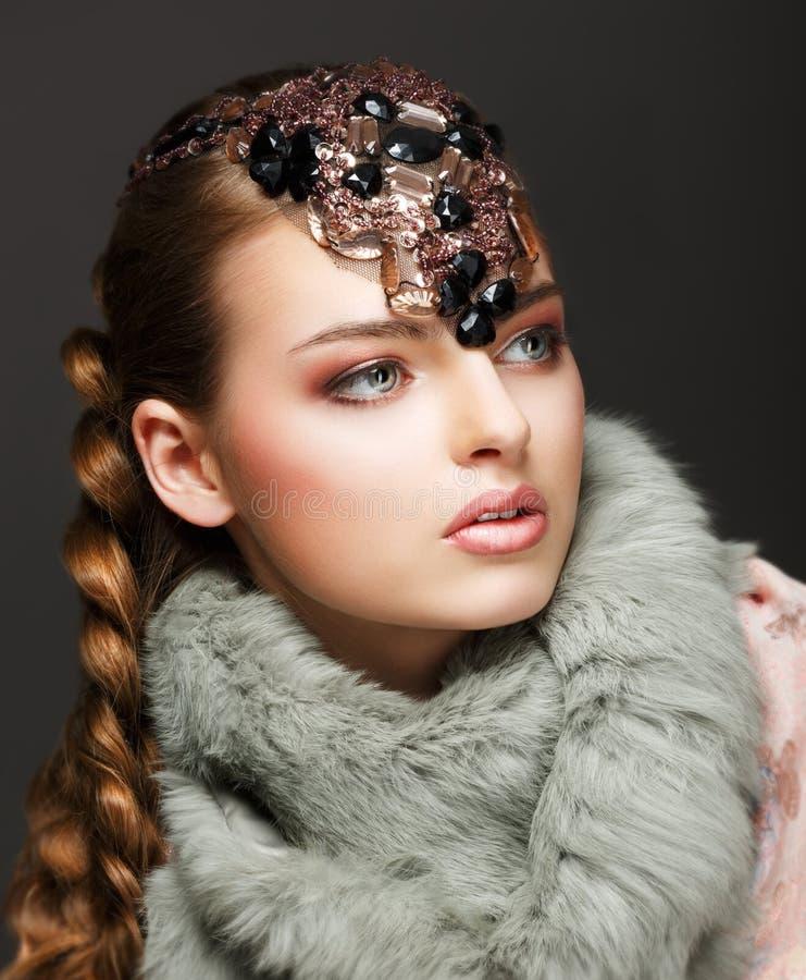 Donna lussuosa intrecciata dei capelli in collare e pietre preziose della pelliccia. Gioielli fotografia stock