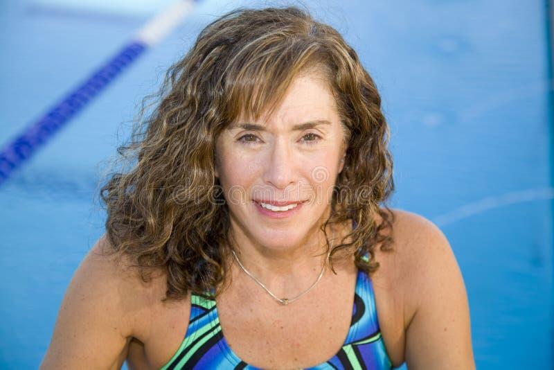 Donna maggiore alla piscina immagini stock libere da diritti
