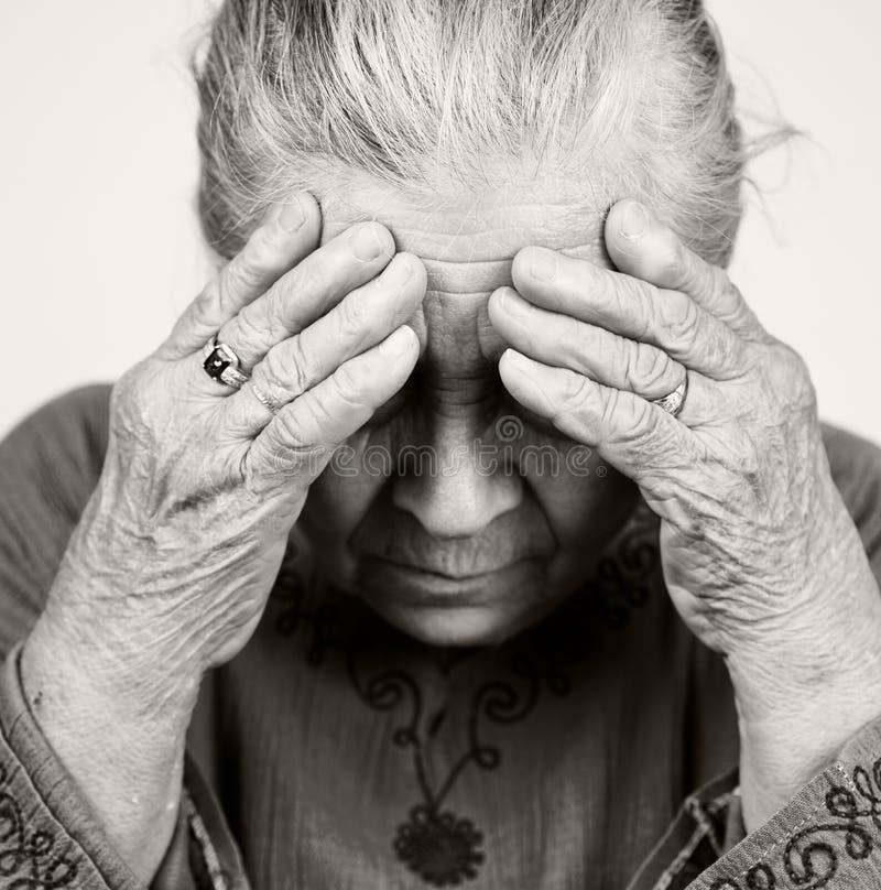 Donna maggiore anziana triste con i problemi sanitari fotografia stock libera da diritti