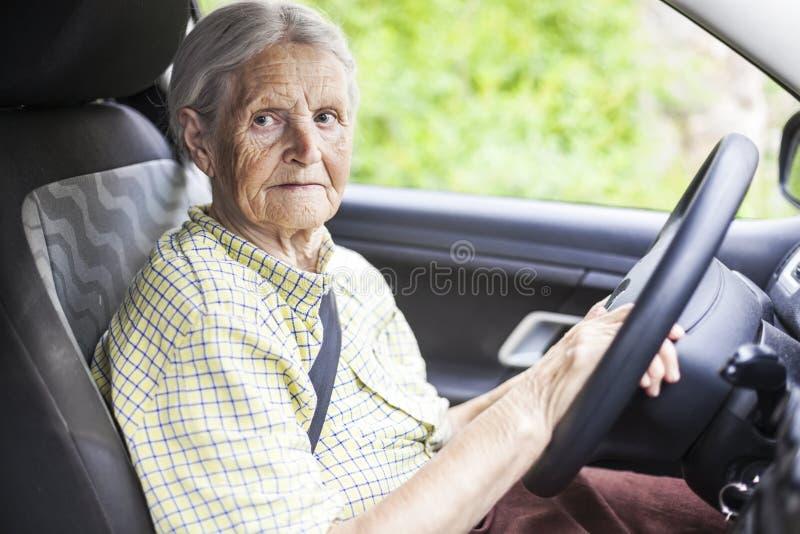 Donna maggiore che conduce un'automobile immagine stock libera da diritti