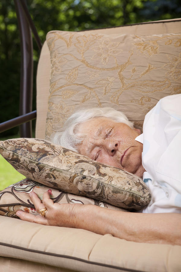 Donna maggiore che dorme all'esterno immagine stock libera da diritti