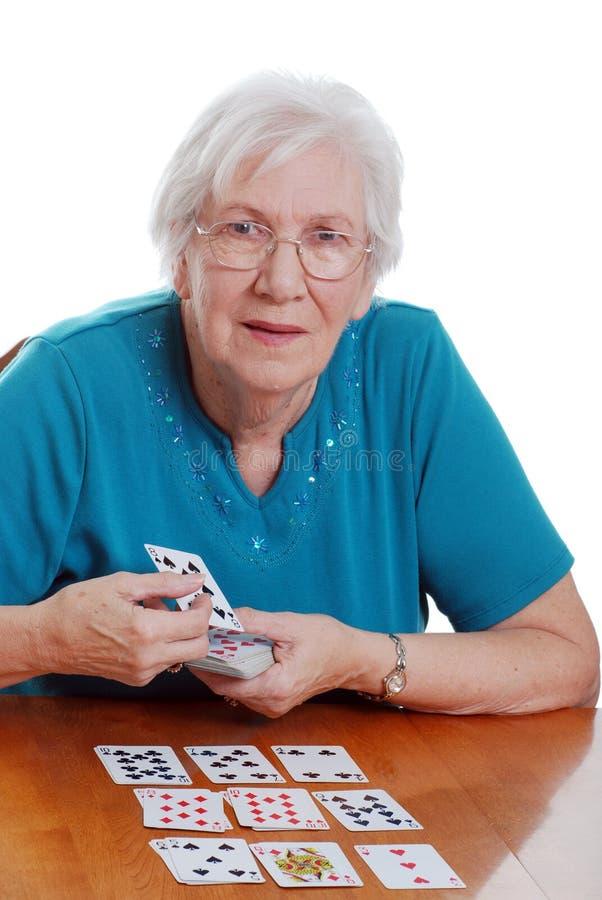 Donna maggiore che gioca solitaire immagini stock