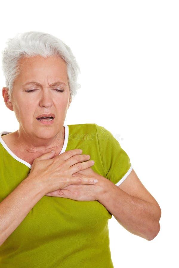 Donna maggiore che ha attacco di cuore immagini stock