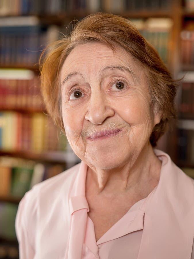 Donna maggiore che osserva in su fotografia stock libera da diritti