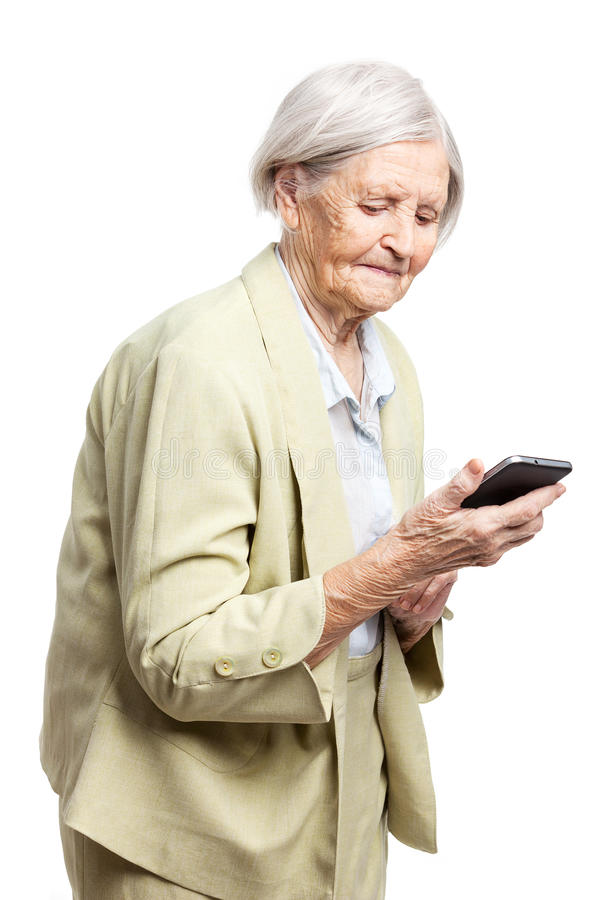 Donna maggiore che per mezzo del telefono mobile fotografia stock