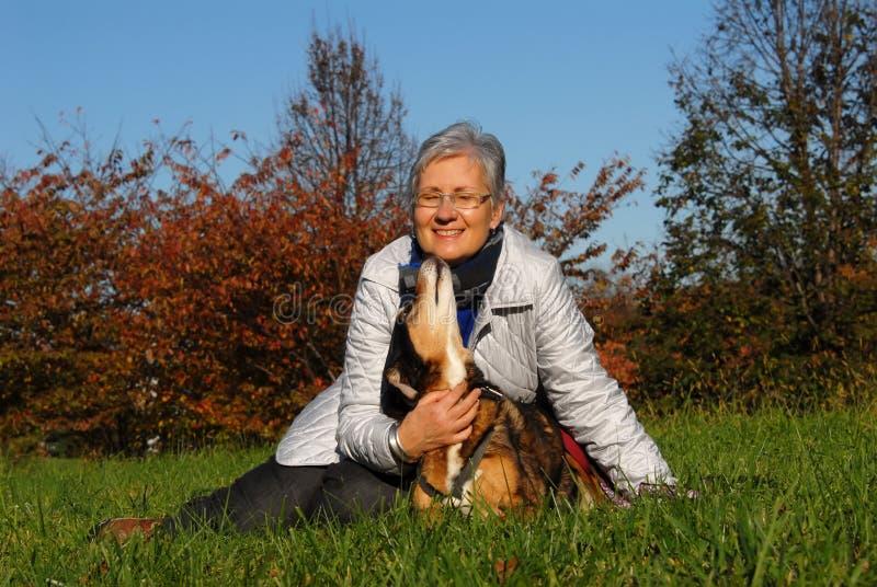 Donna maggiore con il cane immagine stock libera da diritti