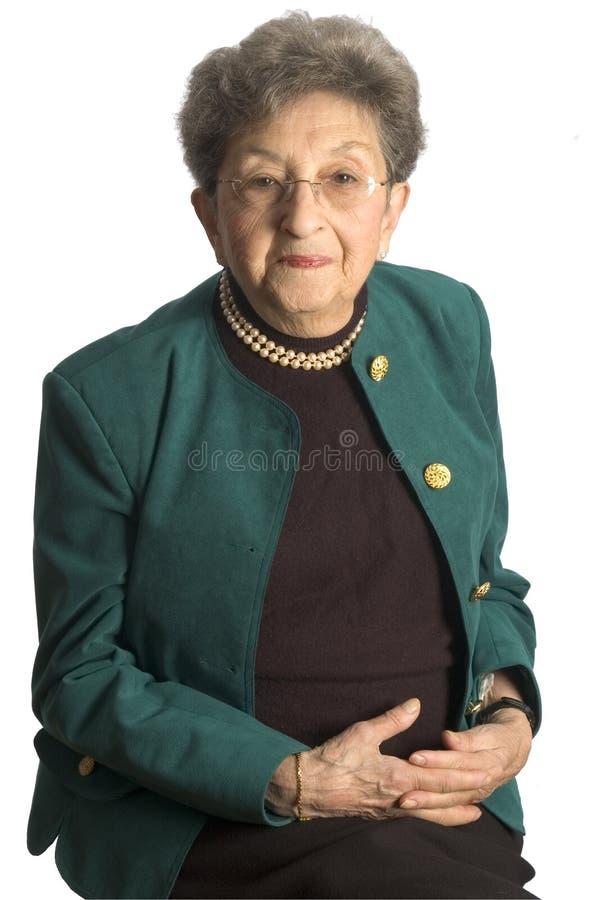 Donna maggiore con le perle fotografia stock libera da diritti