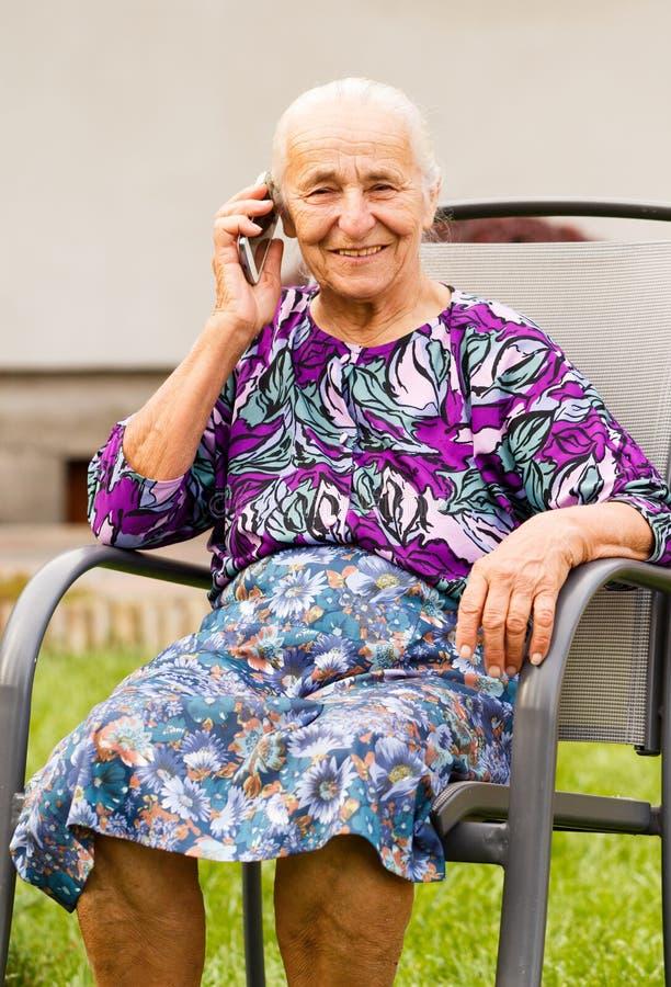Donna maggiore con lo smartphone fotografia stock libera da diritti