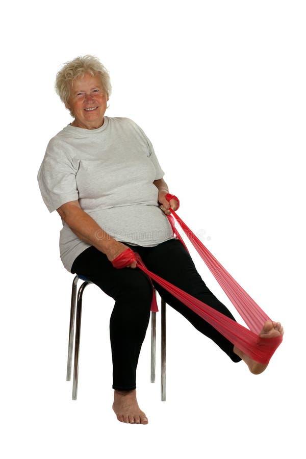 Donna maggiore con una fascia di forma fisica fotografia stock libera da diritti
