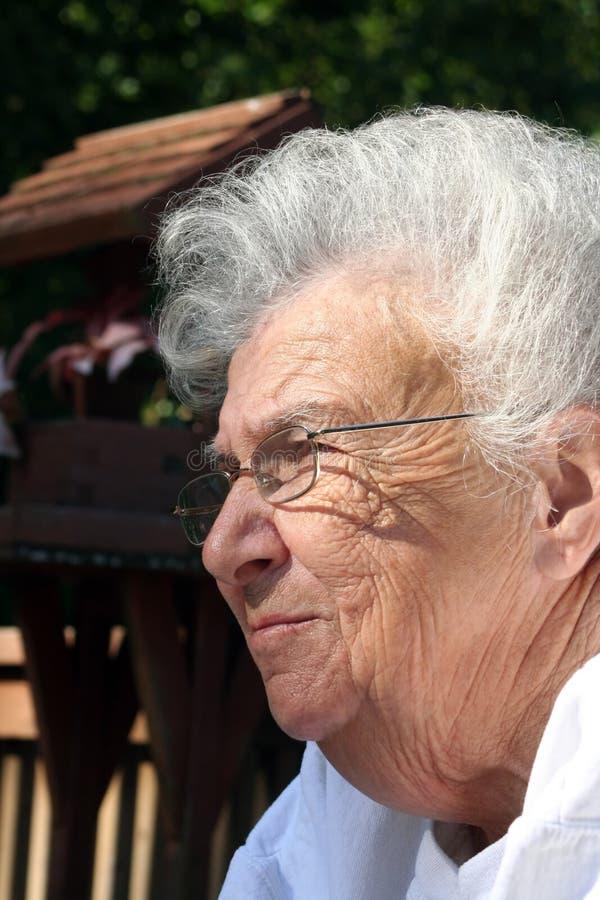Donna maggiore Daydreaming fotografia stock