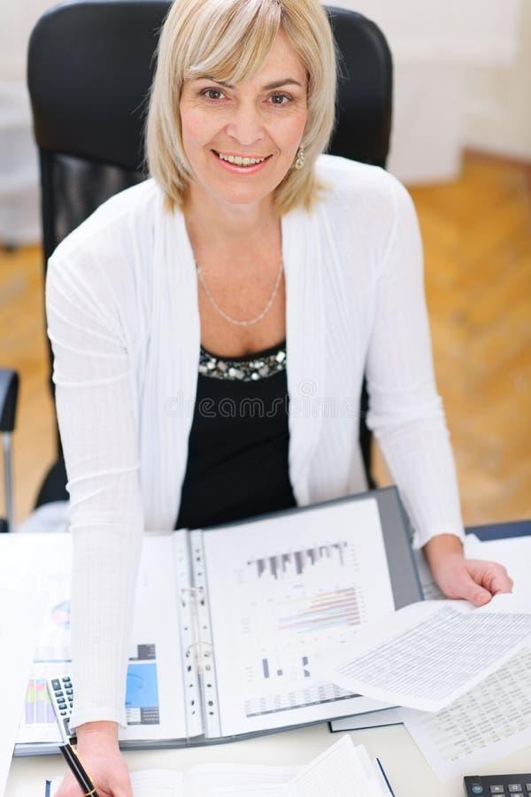 Donna maggiore di affari che lavora all'ufficio immagini stock