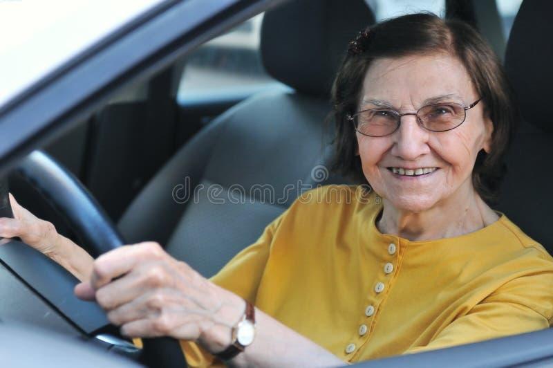 donna maggiore di guida di veicoli fotografie stock