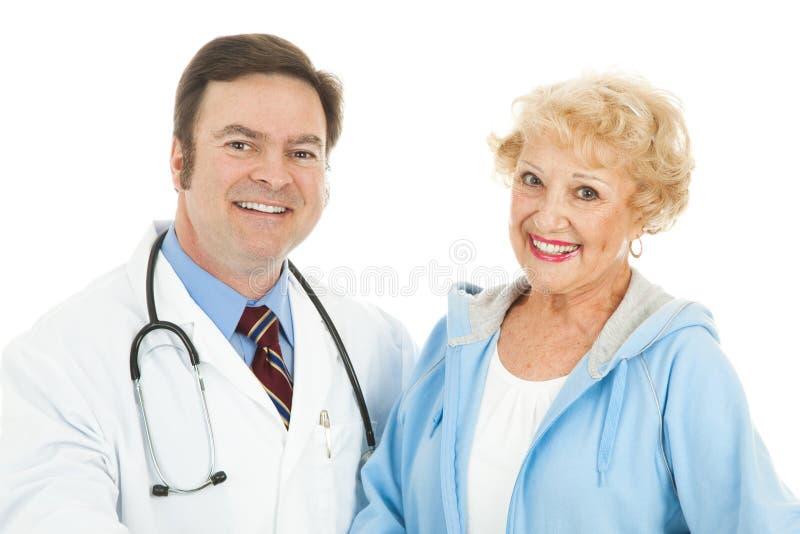 Donna maggiore ed il suo medico fotografia stock