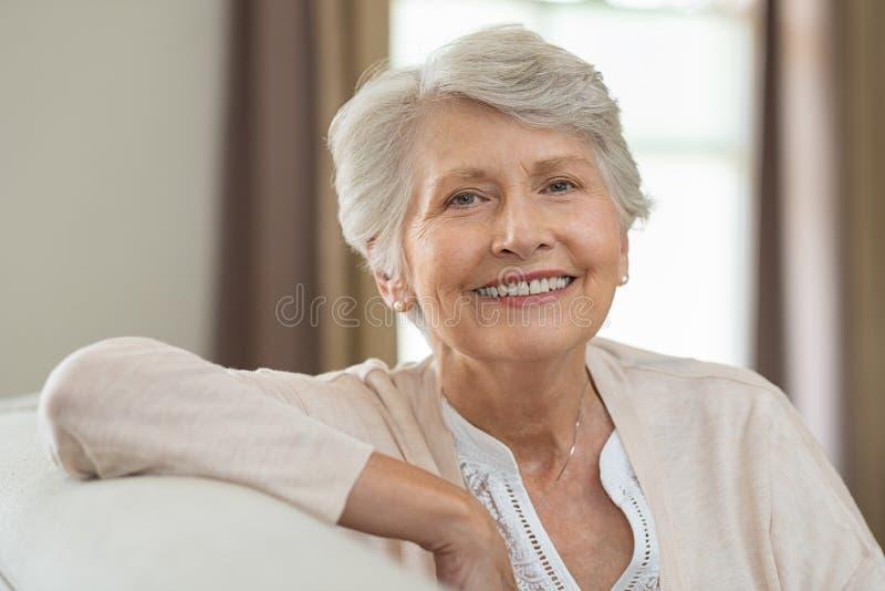 Donna maggiore felice immagine stock