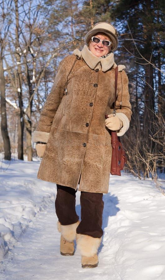 Donna maggiore in inverno fotografie stock