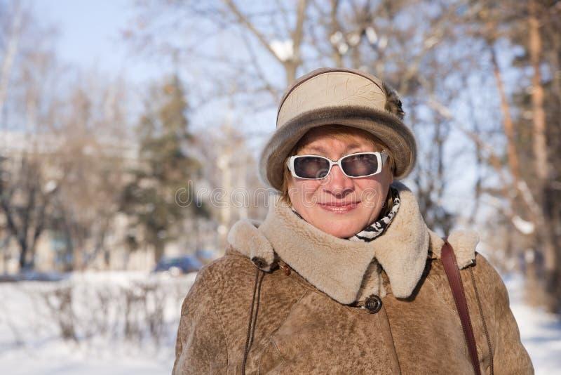 Donna maggiore in inverno fotografie stock libere da diritti