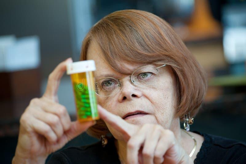 Donna maggiore nel paese con la prescrizione immagine stock libera da diritti