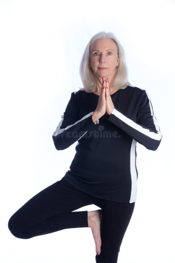 Donna maggiore nella posa di yoga fotografie stock libere da diritti