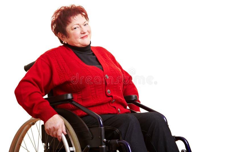 Donna maggiore in sedia a rotelle immagine stock