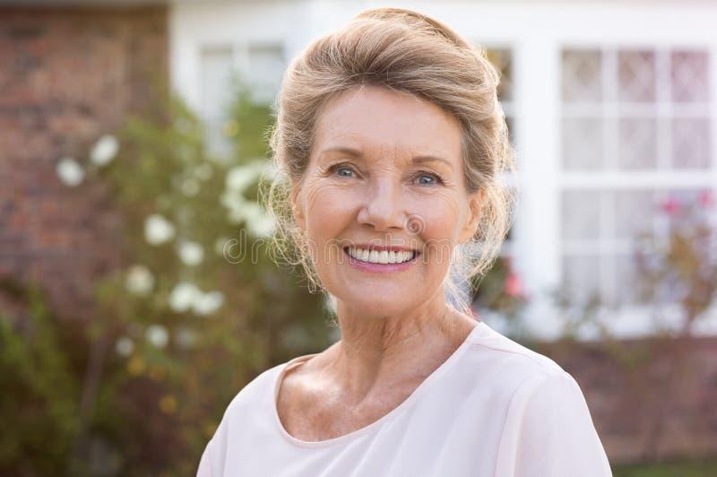 Donna maggiore sorridente fotografie stock libere da diritti