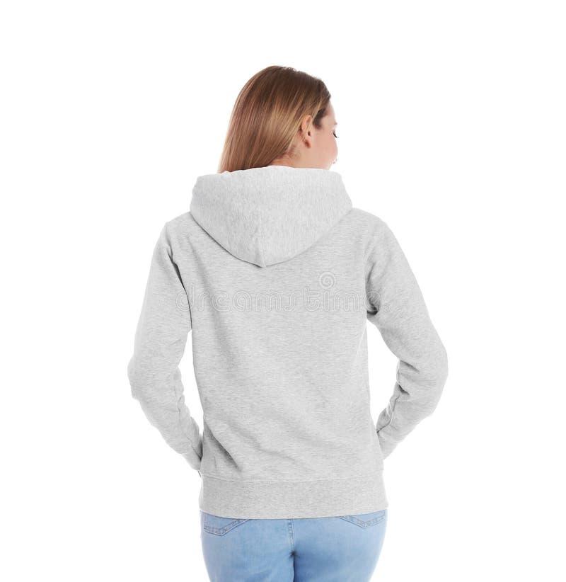 Donna in maglione di maglia con cappuccio su fondo bianco immagini stock