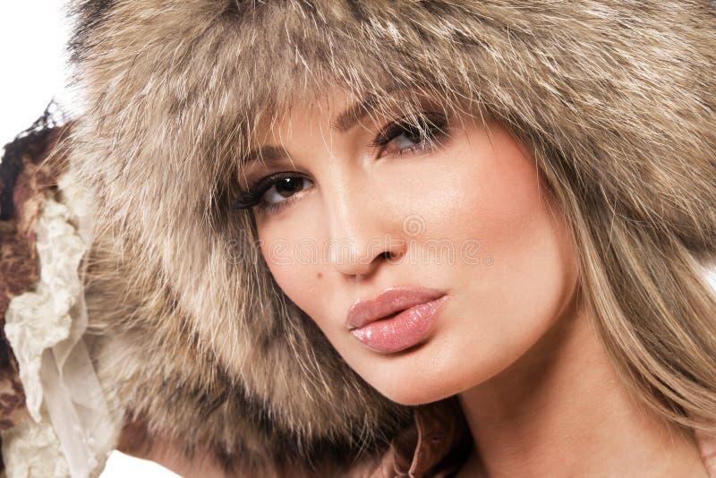 Donna magnifica in cappello di pelliccia immagine stock