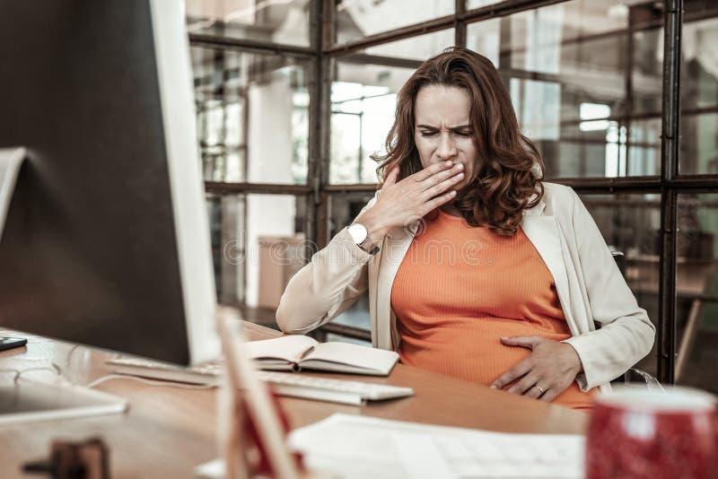 Donna malata allontanata che chiude la sua bocca mentre avvertendo nausea immagini stock