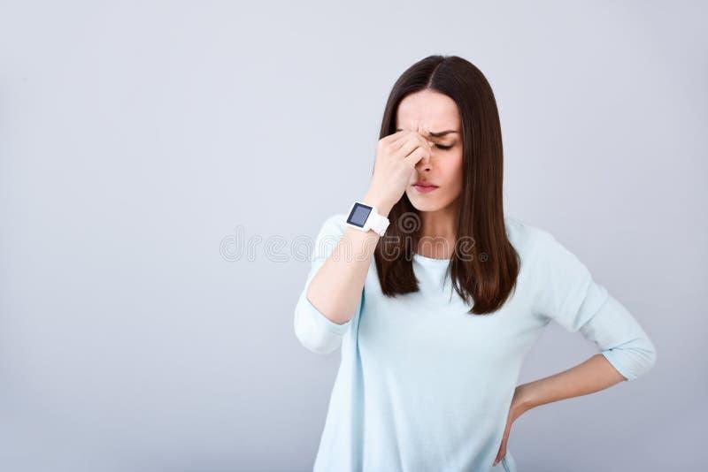 Donna malata che solleva un'emicrania immagine stock