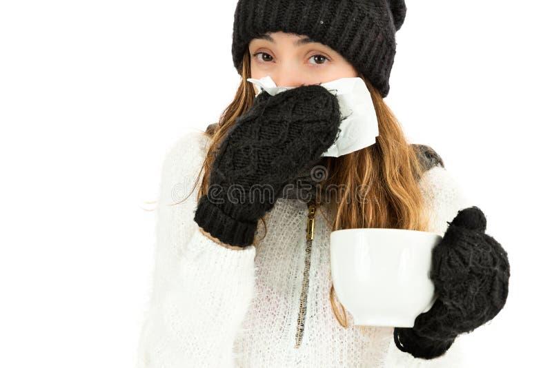 Donna malata che starnutisce e che mangia tè fotografia stock libera da diritti