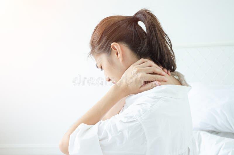 Donna malata con dolore immagine stock