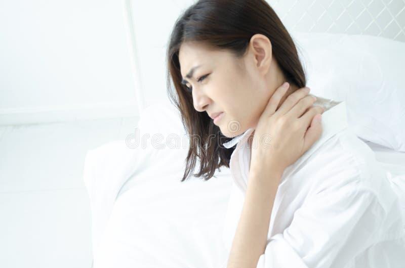 Donna malata con dolore fotografie stock