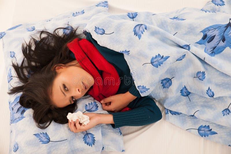Donna malata con i colpi di influenza in fazzoletto isolato sopra il BAC bianco fotografia stock