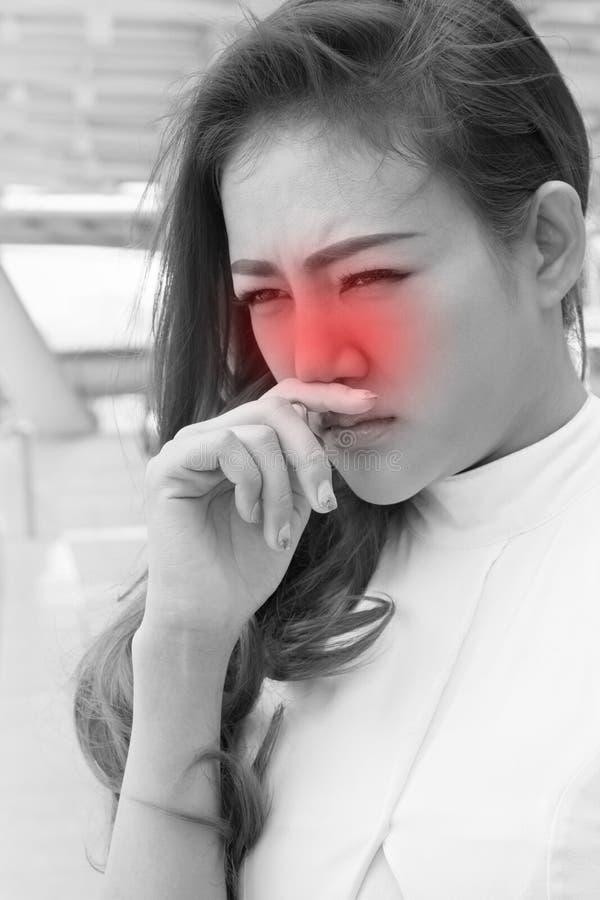 Donna malata con il naso corrente, freddo, influenza fotografia stock