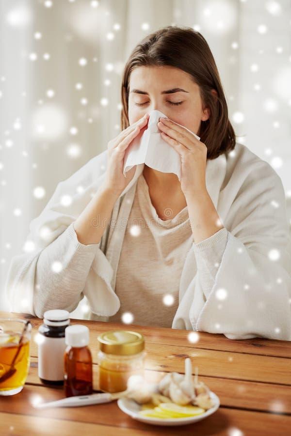Donna malata con il naso di salto della medicina da pulire immagine stock libera da diritti