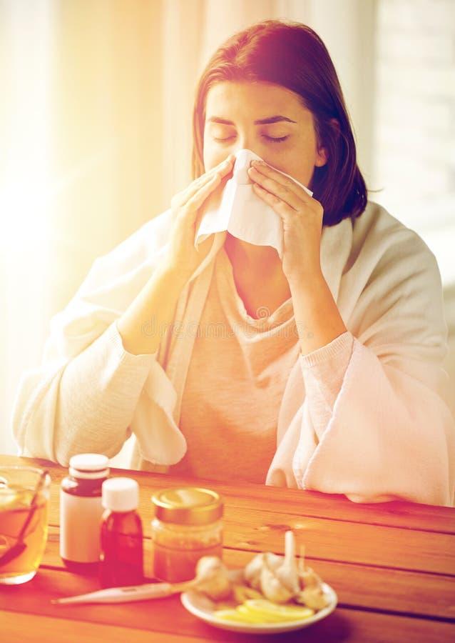 Donna malata con il naso di salto della medicina da pulire immagine stock