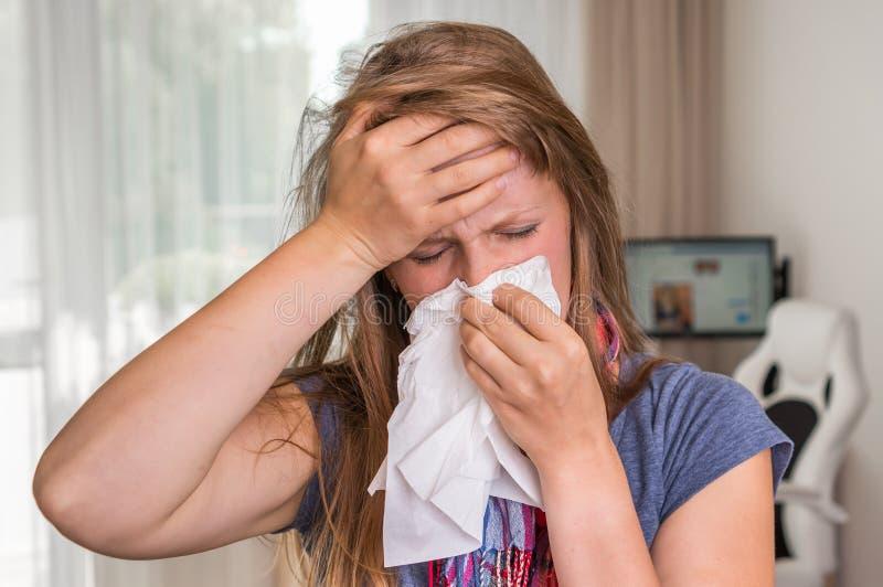 Donna malata con influenza o lo starnuto freddo nel fazzoletto fotografia stock libera da diritti