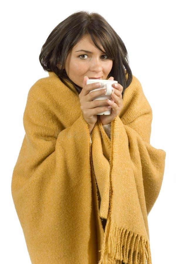 Donna malata con la tazza calda immagini stock