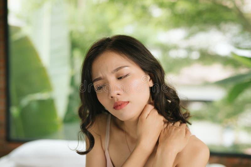 Donna malata sul concetto del letto di sofferenza dal dolore al collo immagini stock libere da diritti