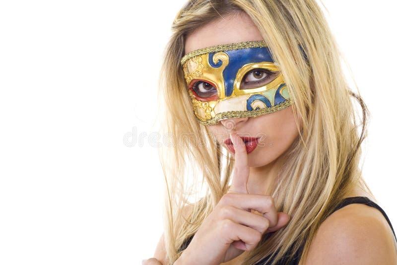 Donna mascherata che fa gesto di silenzio immagine stock