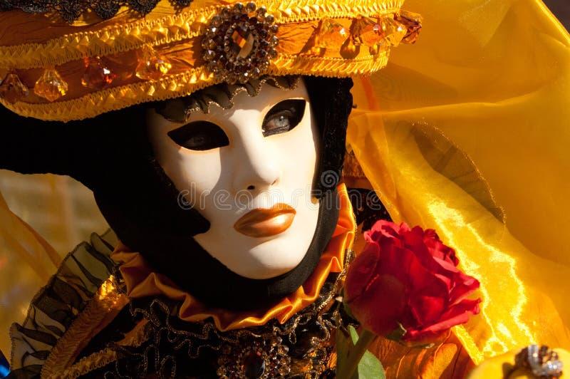 Donna mascherata giallo nero fotografia stock libera da diritti