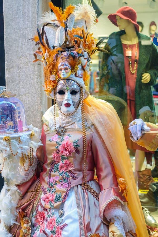 Donna mascherata in vestito variopinto da carnevale immagine stock