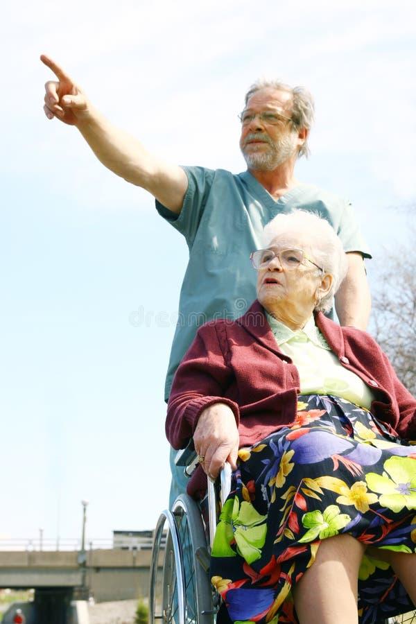 donna maschio dell'anziano dell'infermiera fotografia stock libera da diritti