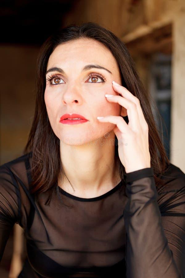 Donna matura castana con le labbra rosse immagine stock
